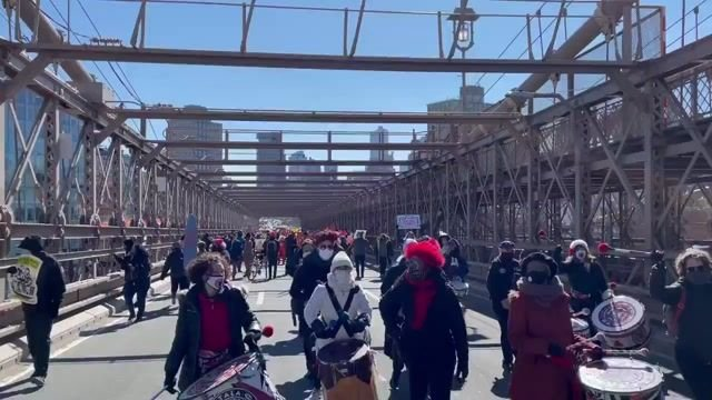 "Brooklyn and Manhattan Bridges both shut down simultaneously as protesters calk: ""Cancel rent."""